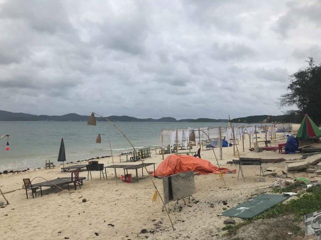 Du khách than kẹt lại đảo do thời tiết xấu, không thể ra bãi biển do mưa lạnh.