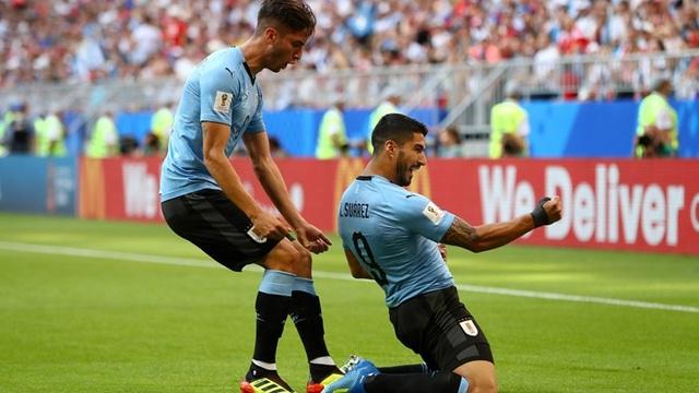 Suarez (phải) có bàn thắng thứ hai ở World Cup năm nay