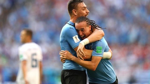 Laxalt (phải) bất ngờ với bàn thắng gia tăng cách biệt lên 2-0 cho Uruguay. Tuy nhiên, anh không được công nhận là tác giả bàn thắng