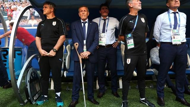 Ban huấn luyện của Uruguay đứng theo dỗi trận đấu. HLV Oscar Tabarez vẫn phải dùng nạng