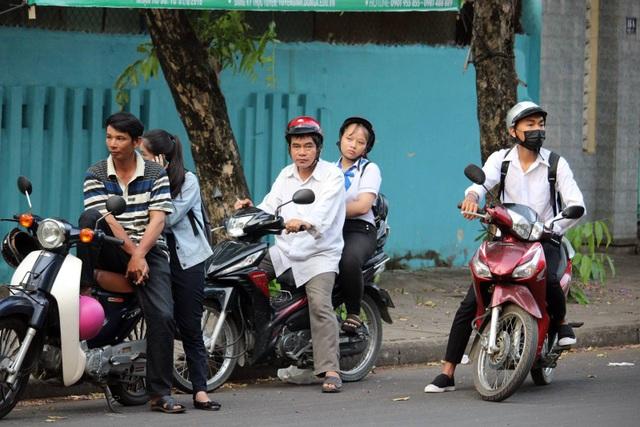Lo lắng kẹt xe ảnh hưởng đến việc thi cử của các con, nhiều phụ huynh học sinh tại Phú Yên đã đưa con mình đến điểm thi từ rất sớm (Ảnh Trung Thi)