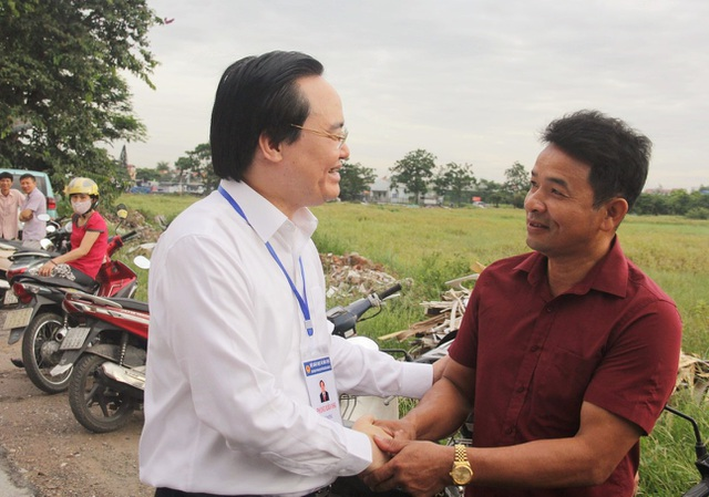 Bộ trưởng bắt tay, hỏi thăm phụ huynh.