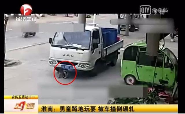 Khoảnh khắc xe tải chở hàng đẩy ngã bé trai 6 tuổi (Ảnh: Kênh truyền hình Hoài Nam)