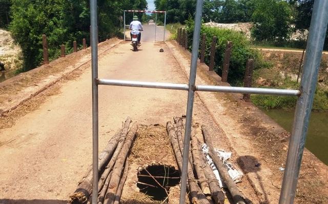 Chính quyền làm khung sắt ngăn 2 đầu cầu để hạn chế phương tiện đi qua