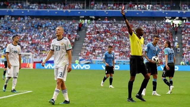 Smolnikov (thứ hai từ trái sang) quá hăng máu khi được ra sân đá chính ở trận đấu cuối cùng của vòng bảng