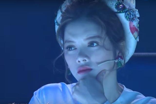 Giám khảo Lý Nhã Kỳ chăm chú theo dõi phần biểu diễn của nữ ảo thuật gia 17 tuổi.
