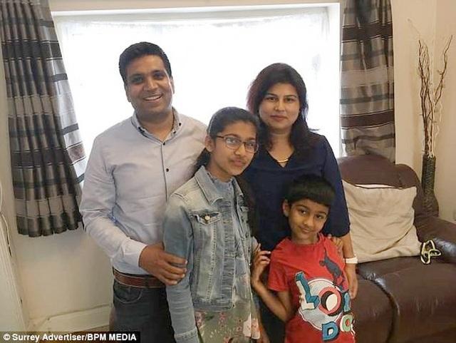 Snnehal Vijay (đeo kính, ở giữa) bên gia đình. Ảnh: BPM Media.