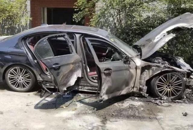 Cháy xe BMW 5-Series sau lễ thắp hương mừng xe mới - 3
