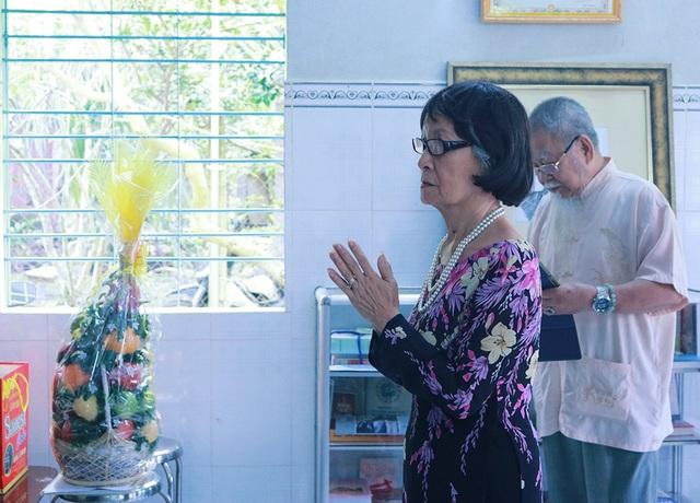 Nhà giáo ưu tú Phạm Thúy Hoan tưởng niệm trước bàn thờ của giáo sư Khê