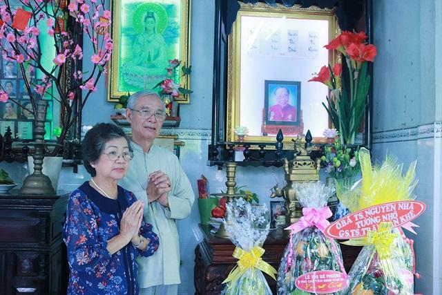 Tiến sĩ sử học Nguyễn Nhã chưa bao giờ vắng mặt trong các chương trình liên quan đến giáo sư Khê dù ông ngày một tuổi cao, sức yếu.