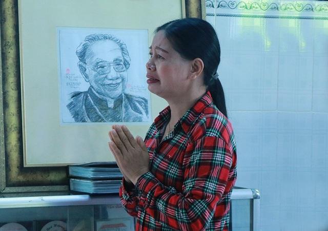 Chị Na - người đã bên cạnh giáo sư Khê trong suốt những năm cuối đời đã không thể nén xúc động mà bật khóc nức nở khi đứng trước bàn thờ của giáo sư.