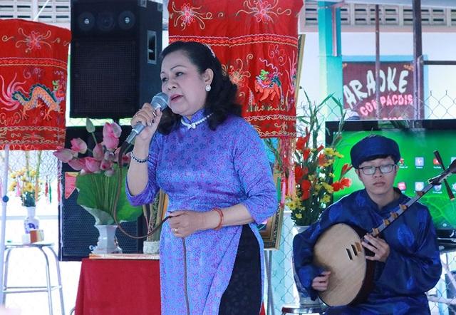 Nghệ sĩ Xuân Lan - cô đào hát nổi tiếng của đoàn Thanh Minh - Thanh Nga đã gửi đến khán giả bài vọng cổ Câu hò dành tặng thầy Khê.