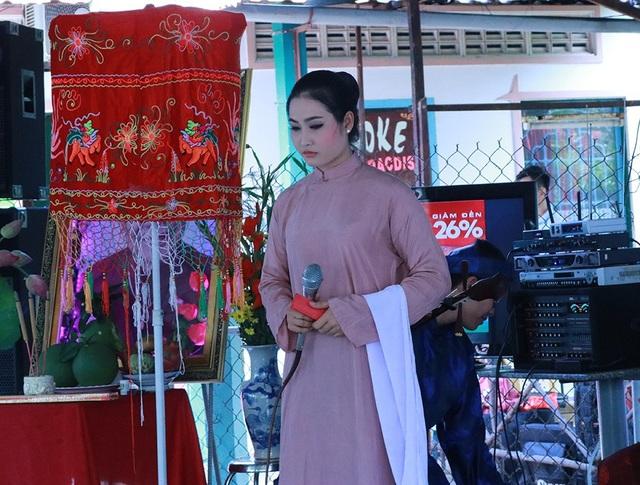Nghệ sỹ Tú Quyên và Lý Trung Tín biểu diễn Hào khí Thủ Khoa Huân