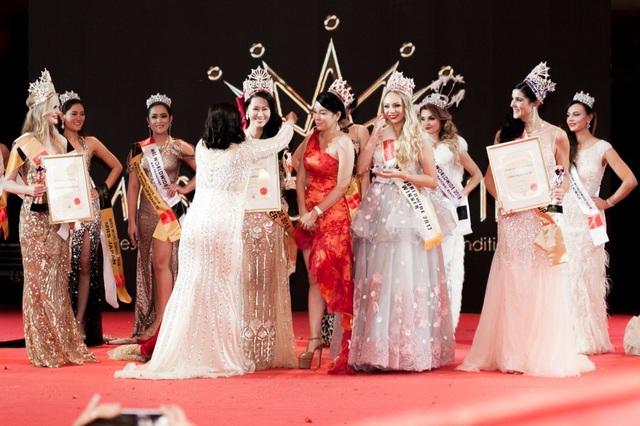 Dương Thuỳ Linh đã vượt qua 24 thí sinh khác để giành vương miện cao nhất tại cuộc thi Hoa hậu Phụ nữ Toàn thế giới 2018.