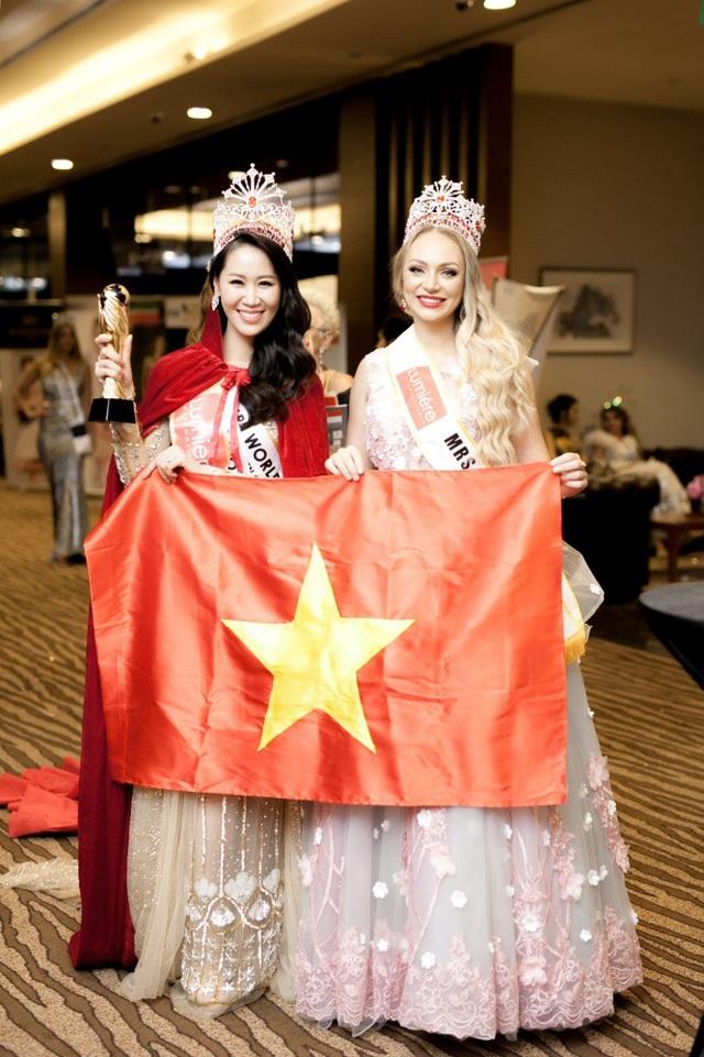 """Khi nghe tên Việt Nam được xướng lên là người chiến thắng, tôi rất sung sướng và tự hào hơn khi cầm lá cờ Tổ quốc vẫy chào mọi người"""", Dương Thuỳ Linh nói."""