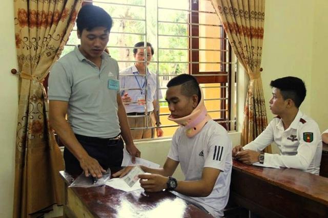 Trước ngày thi em Hoàng đã bị chấn thương phần xương cổ nhưng em đã nén nỗi đau để dự thi.