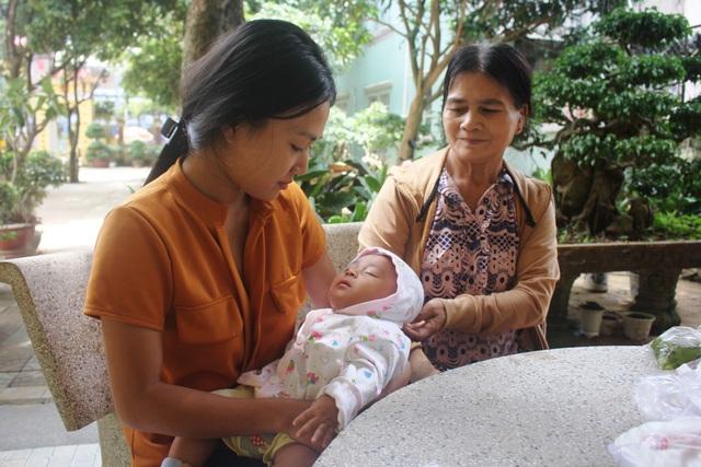 Người mẹ trẻ đìu con đi thi, nuôi ước mơ thành cô giáo