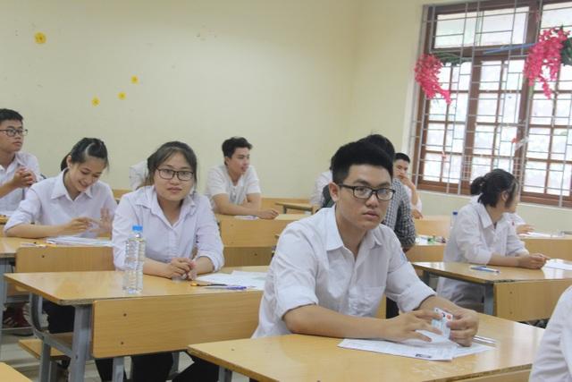 Học sinh ở điểm thi tỏ ra thoải mái và yên tâm trước giờ G.