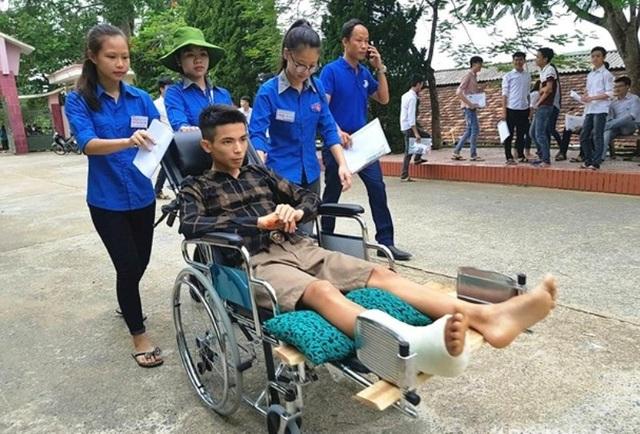 Thí sinh Nguyễn Văn Mạnh phải nhờ đến sự giúp đỡ của đội tình nguyện để đi thi.