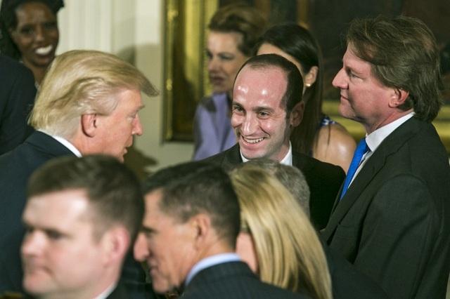 Tổng thống Trump nói chuyện với cố vấn Stephen Miller tại lễ nhậm chức ở Nhà Trắng ngày 22/1/2017 (Ảnh: New York Times)
