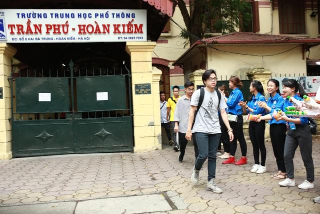 Thí sinh tại hội đồng thi THPT Trần Phú (Hoàn Kiếm, Hà Nội) sau buổi thi Văn.