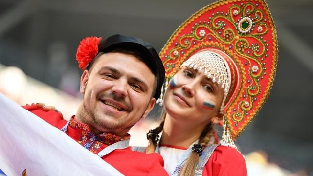 Các cổ động viên Nga với trang phục truyền thống đi cổ vũ cho đội tuyển quốc gia