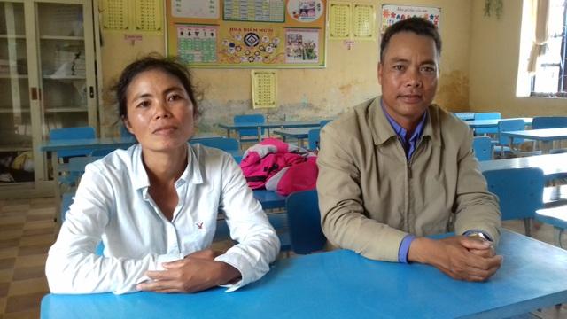 Nữ thí sinh duy nhất người dân tộc Cơ tu - Hồ Thị Lê cùng 1 thí sinh lớn tuổi khác ở điểm thi trường Tiểu học Kim Đồng, huyện miền núi A Lưới (ảnh: Tất Trịnh)