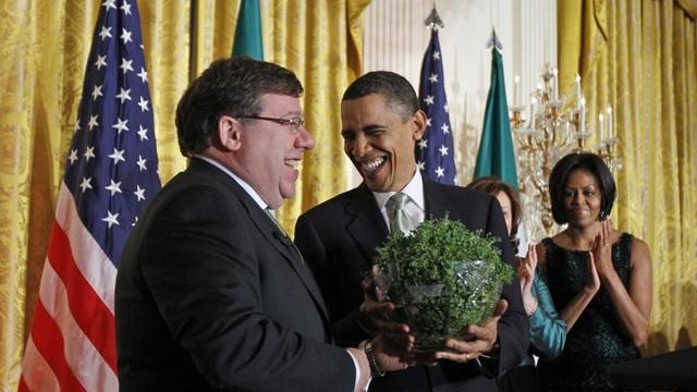 Cựu Tổng thống Obama nhận quà từ cựu Thủ tướng Ireland Brian Cowen năm 2010 (Ảnh: Atlantic)