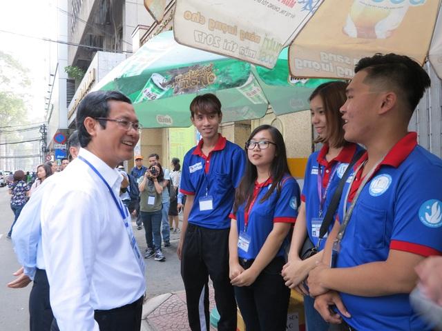 Thứ trưởng Nguyễn Văn Phúc thăm hỏi các sinh viên tình nguyện túc trực tại điểm thi trường THPT Bùi Thị Xuân (quận 1).