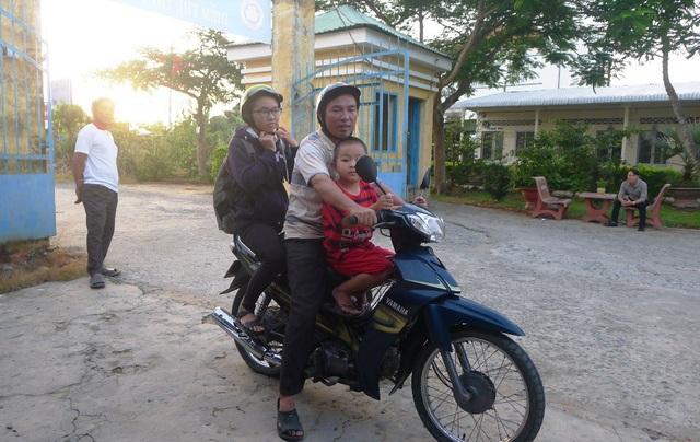 Anh Đặng Văn Xẻn đưa con gái đến điểm thi rất sớm và không quên căn dặn con gái bình tĩnh làm bài thi.