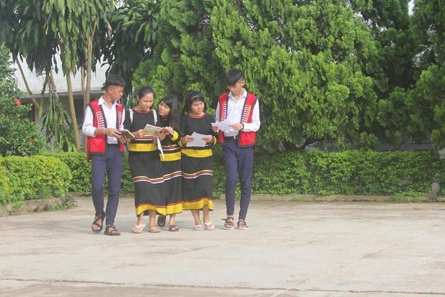 Các thí sinh đồng bào Jrai thuộc trường PTDTNT tỉnh Gia Lai đến trường thi môn đầu tiên. Ảnh: Phạm Hoàng)