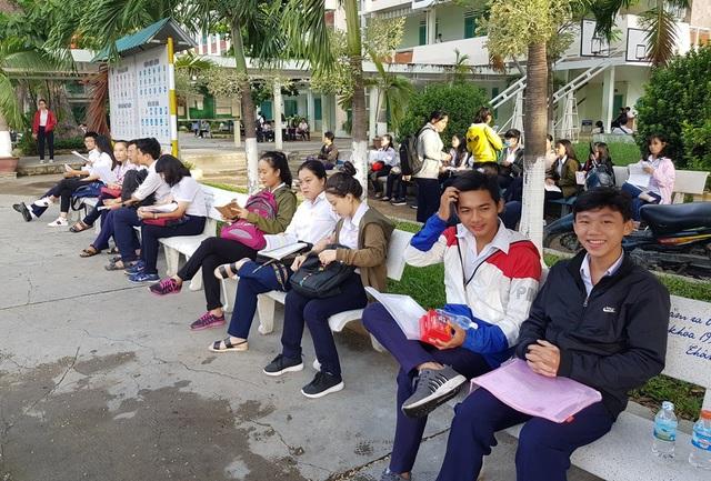 Thí sinh tại điểm thi trường THPT Nguyễn Văn Trỗi (TP Nha Trang, Khánh Hòa) đến điểm thi sớm, sáng 25/6 (Ảnh: Viết Hảo)