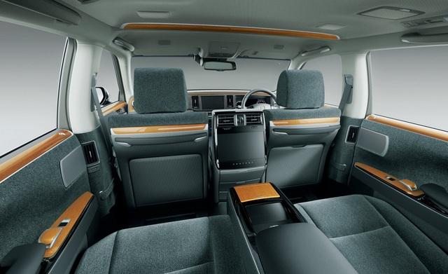 Với chiều dài cơ sở tăng thêm 65mm, Toyota Century thế hệ mới có khoang ghế sau rộng rãi hơn. Trần xe ở khu vực trung tâm cũng được nâng độ cao.