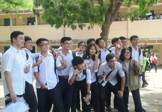 Các bạn thí sinh Trường THPT Quốc học Quy Nhơn tự tin chụp hình kỷ niệm sau môn thi đầu tiên Ngữ văn (ảnh Doãn Công).