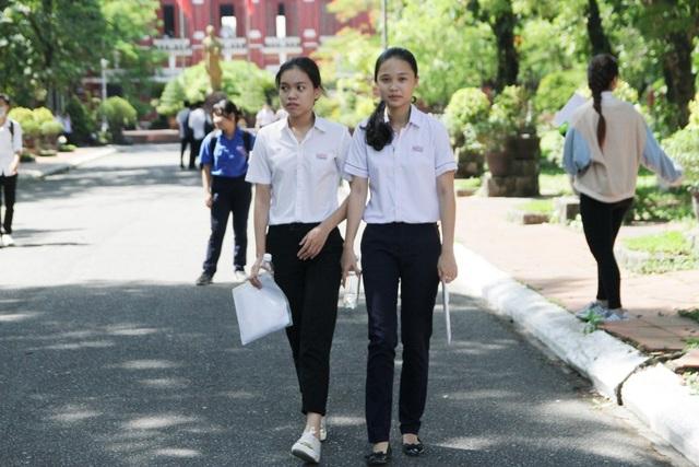 Các thí sinh thi môn Văn tại Huế ra về với tâm trạng nhẹ nhõm