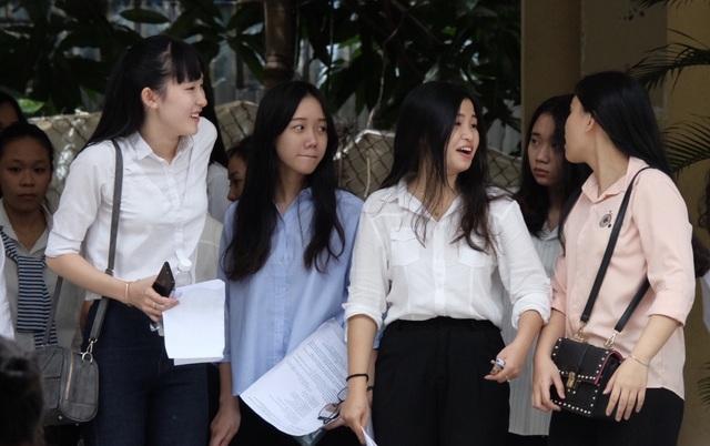 Hơn 10h20 sáng 25/6, các thí sinh dự thi tại điểm trường THPT Trần Phú - Đà Nẵng mới ra khỏi cổng trường thi