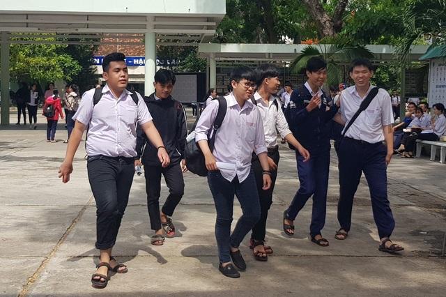 Thí sinh dự thi tại điểm thi trường THPT Nguyễn Văn Trỗi (TP Nha Trang, Khánh Hòa) ra về sau môn Ngữ Văn, trưa 25/6 (Ảnh: Viết Hảo)
