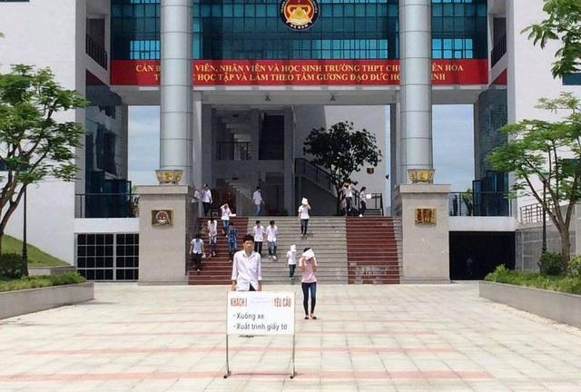 Những thí sinh tại Hội đồng thi trường THPT chuyên Biên Hòa (Hà Nam). (Ảnh: Đức Văn)