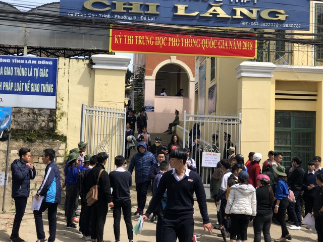 Thí sinh trường Chi Lăng, TP Đà Lạt kết thúc môn thi Ngữ văn sáng nay. (Ảnh: Ngọc Hà)