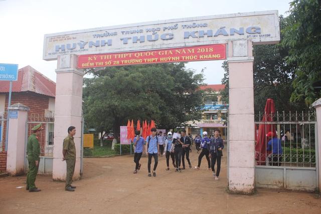 Thí sinh tan thi tại điểm thi Trường THPT Huỳnh Thúc Kháng, huyện Ia Grai, tỉnh Gia Lai). (Ảnh: Phạm Hoàng)