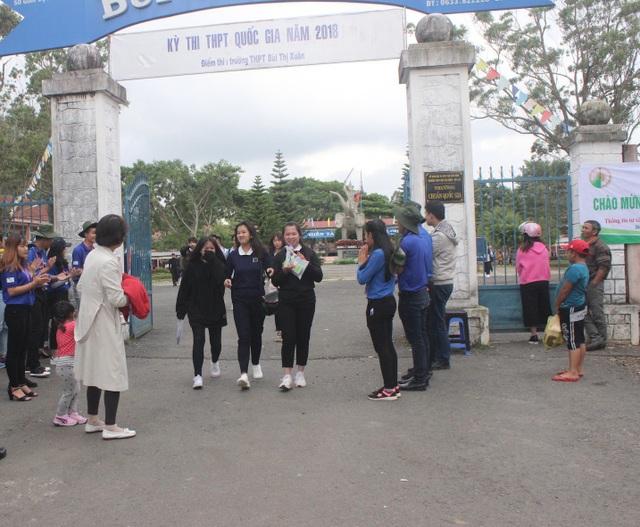 Nhiều thí sinh ở Lâm Đồng nhăn mặt than đề Toán quá khó. (Ảnh: Ngọc Hà)