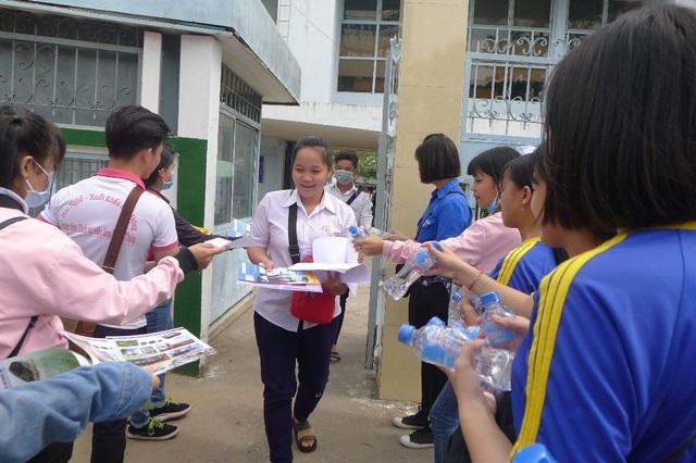 Tại Hội đông thi Đồng Tháp, nhiều điểm thi có các sinh viên tình nguyện hỗ trợ cơm và nước uống miễn phí cho các sĩ tử. (Ảnh: Nguyễn Hành)