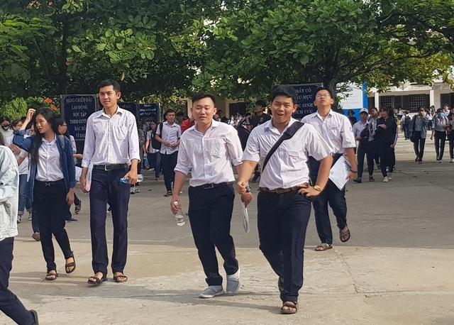 Thí sinh Nha Trang (Khánh Hòa) ra về sau buổi thi Toán (Ảnh: Viết Hảo)