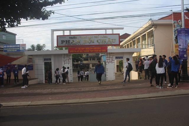 Tuy còn sớm nhưng cổng trường rất đông thí sinh đến để chuẩn bị tâm lý bước vào môn thi đầu tiên. Ảnh: Phạm Hoàng)