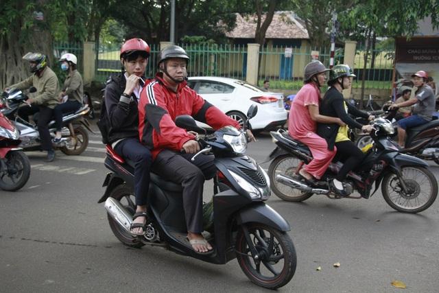 Các thí sinh được bố mẹ đưa đến điểm thi từ sớm (ảnh: Thúy Diễm)