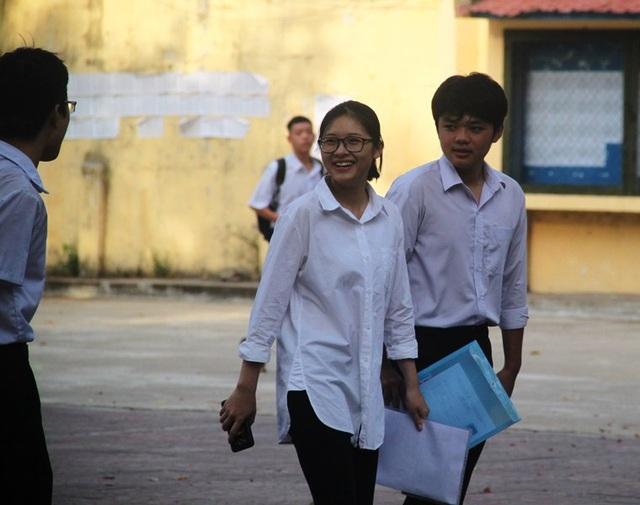 Thí sinh tại Bình Định tự tin bước vào môn thi đầu tiên Ngữ văn. (Ảnh: Doãn Công)