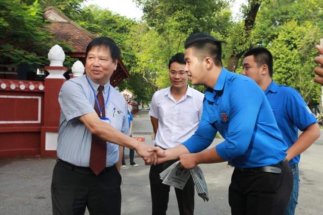 Ông Nguyễn Dung, Phó Chủ tịch UBND tỉnh Thừa Thiên Huế bắt tay động viên các tình nguyện viên làm nhiệm vụ ngoài phòng thi