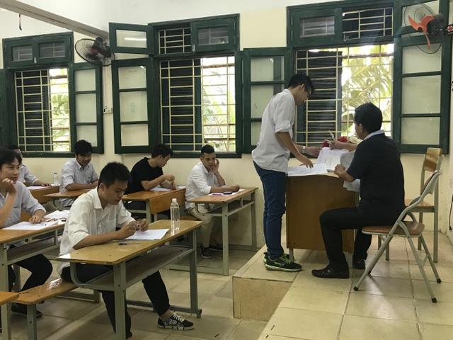 Các thí sinh tại điểm thi trường THPT Trần Hưng Đạo (Hà Đông, Hà Nội) đã có mặt từ rất sớm để hoàn thành các thủ tục vào phòng thi trước 7h sáng. (Ảnh: Hà Cường)