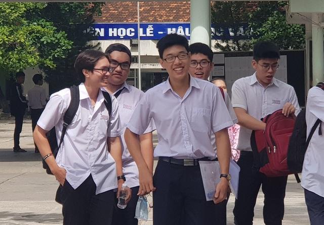 Thí sinh ở Nha Trang hào hứng sau môn thi đầu tiên (Ảnh: Viết Hảo)