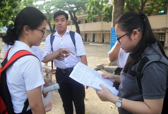 Nhiều thí sinh tại điểm thi Trường THPT Quốc học Quy Nhơn (Bình Định) nhận định đề Toán năm nay khó (ảnh Doãn Công).